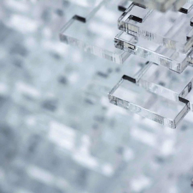 Abstrakter High-Tech-Hintergrund. Details aus transparentem Kunststoff oder Glas. Laserschneiden von Plexiglas.